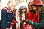 Máte hodně přátel a známých a každého byste na Vánoce rádi potěšili nějakou drobností? Nechcete za dárky utratit všechny peníze, ale samozřejmě vám záleží na tom, aby měl každý po rozbalení balíčku radost? Pomůžeme vám s tím.
