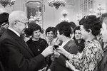 1980 - Polibek od Husáka - Generální tajemník ÚV KSČ a prezident ČSSR Gustáv Husák ve Španělském sále Pražského hradu při příležitosti MDŽ přijal 250 československých žen.