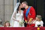 Novomanželé se na balkoně Buckinghamského paláce dvakrát krátce políbili