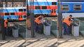 Odpad na hlavním nádraží se ze separovaných košů sesype do jednoho pytle.