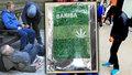 Takhle vypadají sáčky se syntetickou marihuanou, která zabijí. Z těch narkomanů, kteří přežijí, dělá oživlé mrtvoly...