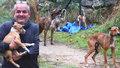 Když byli rodiče odchyceni, zvířecí záchranář Karel Bobál mohl vysvobodit štěňata.