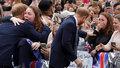 Princ Harry porušil protokol a objal jeho velikou fanynku.