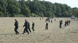 Manévry v Klánovickém lese: Pročesali 400 hektarů, podezřelého nenašli