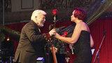 Oslava sedmdesátky Milana Drobného: Sladké polibky na pódiu od Petry Janů i Machálkové