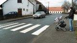 Vážná nehoda v Praze 4: Řidič srazil maminku s malým synem a ujel. Policie hledá svědky