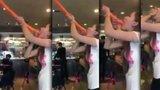Tomu se říká hluboký krk: Žena si narvala do útrob 1,2 metru dlouhý balónek!
