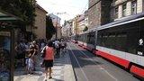 Tramvaje stály v hodinové koloně. Za Václavákem se porouchal jeřáb