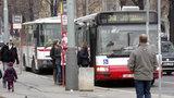 Praha se vzteká kvůli jízdním řádům: Autobus ujíždí před nosem, jiný se loudá