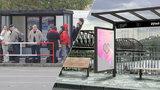 """Wi-fi, dobití mobilu i jízdní řády. Praha testuje """"nadupanou"""" zastávku MHD"""