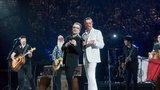 U2 a Eagles of Death Metal rozezpívali Paříž! Hudebníci se vrátili na místo činu