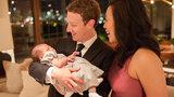 Šéf Facebooku popřál šťastný nový rok: Vyfotil se s manželkou a dcerkou Max