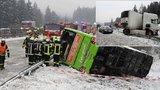 Desítky nehod, převrácený autobus: Nebezpečná ledovka pokryla silnice
