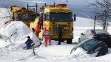 Sněhová bouře v Čechách uvěznila auta. O víkendu padnou teploty až na -14°C