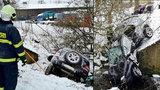 Těhotná žena skončila po nehodě v potoce: V autě byly i dvě malé děti!