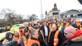 Kolony a naštvaní řidiči: Taxikáři v Praze blokovali osm hodin magistrálu