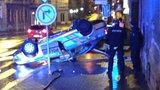 Policejní honička v Brně skončila nehodou: Vůz strážců zákona přerazil lampu a skončil na střeše
