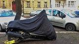 Botička na motorku nebo skútr. Pražská policie tvrdě zasahuje proti stání na chodníku