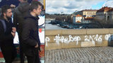 Policie vypátrala sprejery z Karlova mostu: Žijí ve Francii
