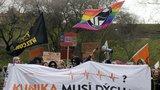 Maskovaní demonstranti bojovali za Kliniku. Do 4 dnů mají budovu vrátit státu
