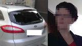 Opilá žena v Havlíčkově Brodě zničila 30 aut. Poškodila i policejní dveře