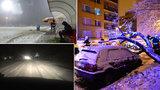 Srážky vlaků, výpadky elektřiny, neprůjezdná D8: Sněžení ochromilo Česko