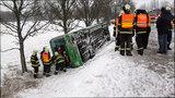Autobus na Ústecku skončil po srážce se dvěma auty mimo silnici. Jeden mrtvý
