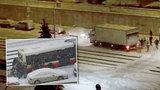 Po autobusu vytlačili kamion. Lidé z pražských Řep se znovu postavili sněhu