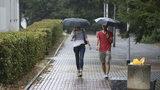 Vybavte se deštníky a pláštěnkami: Víkend proprší a ani pak mraky nezmizí