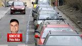 Komentář: Velká modrá loupež? Parkovacími zónami nás města jen olupují