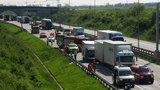 Pražský okruh na dvě hodiny zablokovala nehoda. Řidiče vyprošťovali z pod cisterny