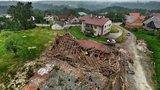 Zbořené zdi, zlámané stromy a rozmetané střechy: Tudy prošlo tornádo