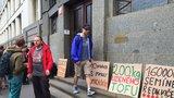 Aktivisté z Kliniky na úřad přinesli 40 tisíc. Státu uhradili část dluhu