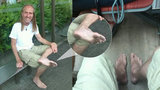 Boty nepotřebuje: Terapeut Jaroslav chodí Prahou bos 2,5 roku, nohy strouhá šmirglem