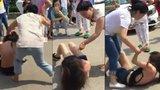 Manželka seřezala milenku nevěrného manžela na ulici: Strhala z ní šaty a profackovala ji