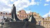 Česko si připomíná upálení Husa. Jeho pomník získá zpět zelenou barvu