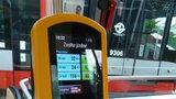 Do MHD v Praze bez jízdenky: Platit kartou půjde na všech linkách tramvají i v autobusech