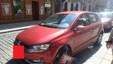 Neuvěřitelný případ z Plzně: Žena se pokusila ujet s botičkou na autě!