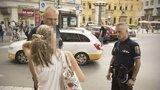 Strážník dlouze objímal přepadenou ženu, aby ji utěšil: Jak jeho postup hodnotí kolegové?