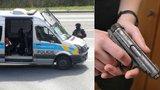 Drama na jihu Moravy: Opilec vytáhl na spolubydlící pistoli a křičel, že ji zastřelí