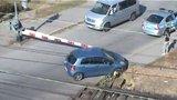 Ženu uvěznily závory, pak se jí zaseklo kolo a začal se blížit vlak. Jak to dopadlo?