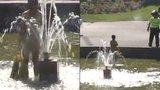 VIDEO: Nahá cizinka se koupala v kašně v centru Prahy. Kolem běhaly děti