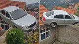 Řidič škodovky v Číně dal omylem zpátečku a zaparkoval na střeše