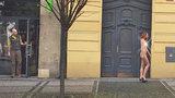 Další Pražská Venuše? Nahá zrzka v lodičkách vzbudila  rozruch na Strossmayerově náměstí