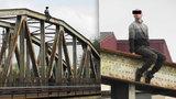 Drama na mostě přes Moravu: Policie sebevraha přemlouvala 6 hodin, nakonec skočil
