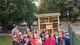 Praha 8 obnovila i druhý vypálený hmyzí hotel: Postarají se o něj děti ze Střížkova