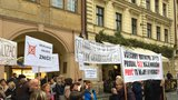 """Obyvatelé Písnice demonstrovali v centru Prahy: """"Neberte nám byty, kde 30 let bydlíme,"""" volali"""