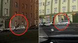 Mladík skákal po autech jako po trampolíně: Dva zaparkované vozy v Českomoravské poškodil