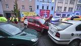 Řidič dostal za volantem infarkt a zemřel: Dopravní nehoda ve Francouzské ulici zastavila provoz