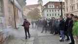 Centrum metropole trápí graffiti: Praha 1 je spolu se studenty ze zdí sundávala vařící vodou